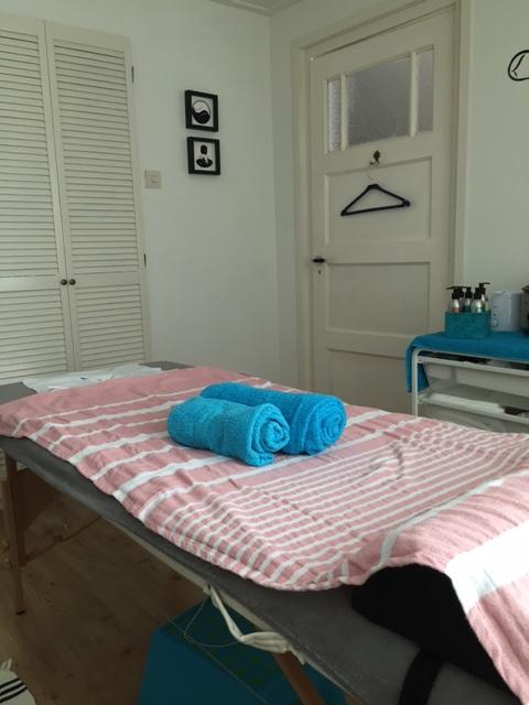 Ik ben gespecialiseerd in het behandelen van pijnlijke en stijve spieren . Heb je chronische/uitbehandelde schouder en nek klachten of pijn in de onderrug, dan zal massage vaak verlichting geven. Ik maak daarbij gebruik van verschillende technieken, afhankelijk van de klacht. Zo maak ik bv graag gebruik van oa cups. Ook fybromilagie patiënten hebben zeker baat bij een aangepaste massage. Een lichaamsmassage vind ik een investering in jezelf die zichzelf zeker zal terugbetalen in de vorm van een gezonder lichaam. Als je regelmatig een lichaamsmassage boekt zorg je goed voor je lichaam en voorkom je klachten. Ik geloof dat lichaam een geest een geheel zijn daarom zal ik ook gebruik maken van energetische elementen tijdens mijn massages. Een massage verbetert o.a. het immuunsysteem, de bloedcirculatie en ademhaling. Het versoepelt de huid en spieren, verwijdert afvalstoffen. Je zit je beter in je vel, je slaapt beter en hebt minder stress. Allemaal goede redenen om je te laten masseren!
